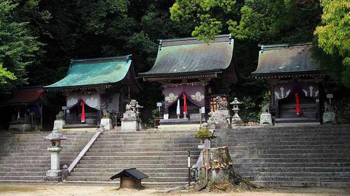 拝殿の奥、一段高くなった所に本社本殿を中心とし、いろんな社殿がズラッと並んでます。