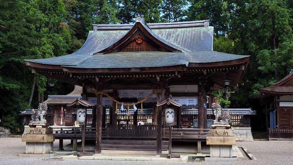 鎌2本の印(旗印?)が入った提灯のある拝殿