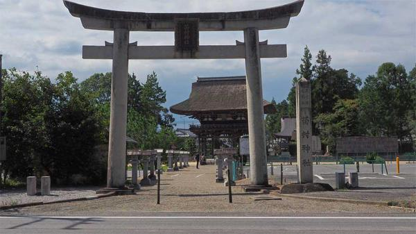 県道から見た鳥居と楼門