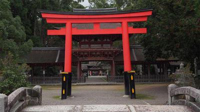 朱塗りの鳥居と重なる楼門