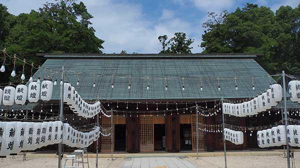 滋賀縣護國神社 「みたままつり」の準備中で、提灯が......