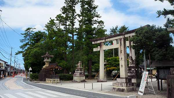 お多賀さん この鳥居の向かいは、糸切り餅のお店です^^