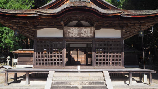 油日神社の拝殿