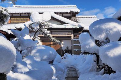 雪に埋もれてしまった我が家の写真