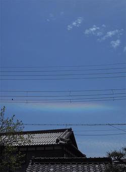 花冷えに 虹色流れる 青い空