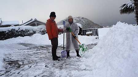 除雪作業。。。北アルプスのごとく積み上げられた雪の山