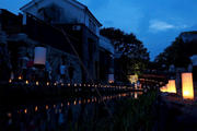 夕闇に包まれた八幡掘りを足元からのローアングルで撮影した写真