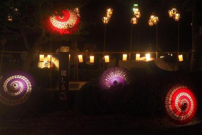 八幡掘り祭りの主会場の一つになる船溜まりに設置された和傘を使ったディスプレイの写真